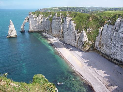 Descubre la Playa de Etretat. Un escenario majestuoso en Francia que espera por tu visita. Conocelo en Playas Top.